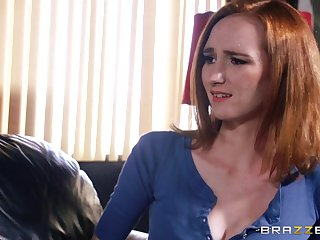 Slutty wife Dee Dee Lynn spreads her limbs to loathe fucked aloft the bed